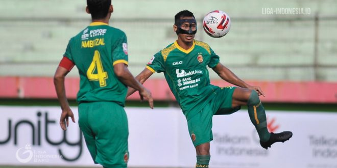 Zulkifli Syukur bek kanan Sriwijaya FC pakai topeng saat berlatih. FOTO : VIRALSUMSEL.COM