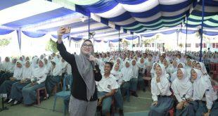 Anggota DPD RI asal Provinsi Sumatera Selatan, Amaliah Sobli menyosialisasikan 4 Pilar Kebangsaan di depan ratusan pelajar SMA Negeri 1 Tanjung Raja Ogan Ilir, Sumatera Selatan. FOTO : VIRALSUMSEL.COM
