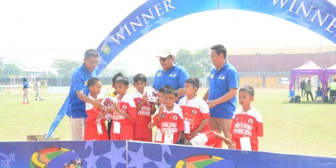 PEDULI : Secara simbolis Sutami membangikan bola pada SSB Persegrata peserta Palembang Soccer Festival 2019. FOTO : VIRALSUMSEL.COM