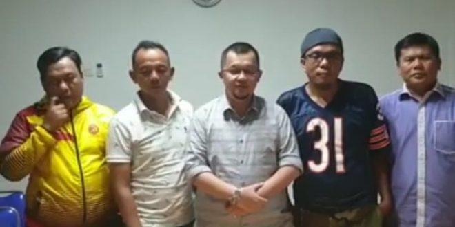 Qusoy diregen Ultras Palembang (dua kanan). FOTO : VIRALSUMSEL.COM
