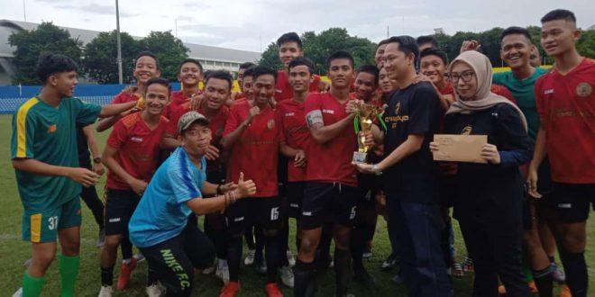 Selebrasi para penggawa PS Bank Sumsel Babel usai meraih gelar juara Sriwijaya FC U-18. FOTO : VIRALSUMSEL.COM