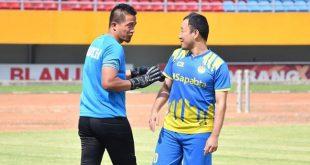 Yu Hyun Koo gelandang All Star Inzaghi PCL bersama pelatih penjaga gawang Sriwijaya FC, Ferry Rotinsulu. FOTO : PCL