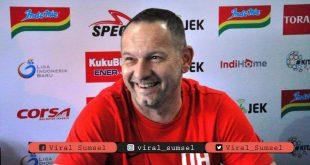 Dejan Antonic pelatih kepala PSS Sleman. FOTO : BOLA.COM