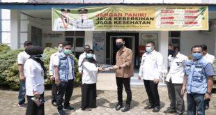 H Muchendi Mahrzarekki Ishak Mekki wakil ketua DPRD Sumsel berikan bantuan APD pada Puskesmas SP Padang. FOTO : YUYU RB/VIRALSUMSEL.COM