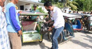 H Muchendi Mahzarekki Ishak Mekki Wakil Ketua DPRD Provinsi Sumsel berikan sembako kepada pekerja sektor informal. FOTO : VIRALSUMSEL.COM