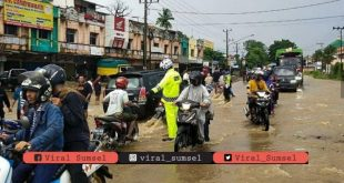 Banjir di wilayah Talang Kelapa Kabupaten Banyuasin saat hujan dengan intensitas tinggi. FOTO: VIRALSUMSEL.COM