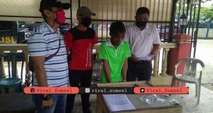 Saynudin diamankan di Mapolsek Plaju usai mencuri kartu perdana di Tegal Binangun. FOTO :VIRALSUMSEL.COM