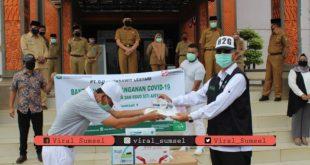 Bupati Mura H. Hendra Gunawan terima bantuan di halaman Kantor Bupati Muara Beliti, Selasa (28/4/2020). FOTO :VIRALSUMSEL.COM