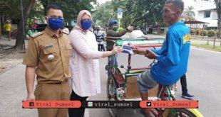 Camat Seberang Ulu 2, Palembang, Rakhman Hidayat Pane, S.STP Bagikan masker kain gratis. FOTO :VIRALSUMSEL.COM