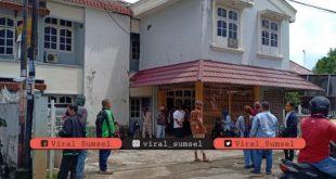 Suasana sebuah indekost di Jalan Dwikora Palembang tempat ditemukan mayat pengacara wanita. FOTO :VIRALSUMSEL.COM