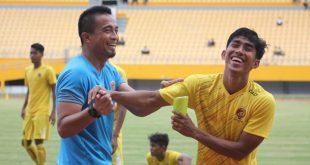 Firman Septian kapten Sriwijaya FC bersama pelatih penjaga gawang Sriwijaya FC Ferry Rotinsulu. FOTO : IG