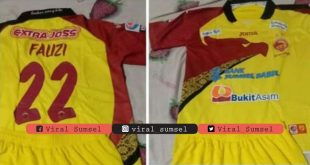 Jersey Sriwijaya FC musim 2014 milik Fauzi Toldo dilelang untuk umum. FOTO :VIRALSUMSEL.COM
