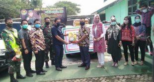 RFB Palembang menyerahkan bantuan 250 paket sembako kepada masyarakat di lima kelurahan di kecamatan Ilir Barat 1 . FOTO : VIRALSUMSEL.COM