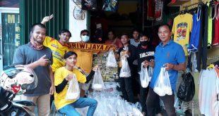 Sriwijaya Mania bagi nasi bungkus pada driver ojol dan tukang becak. FOTO : VIRALSUMSEL.COM