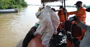 Tim Rescue Basarnas Palembang evakuasi jasad Samsul di Perairan Sungai Musi. FOTO : VIRALSUMSEL.COM