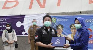 Gubernur Sumsel Herman Deru menerima bantuan 1000 botol hand sanitizer dari PT. Kosmetikatama Super Indah. FOTO :VIRALSUMSEL.COM