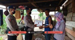 Satuan Brimob Pelopor Batalyon B Petanang Polda Sumsel, turun menyambangi rumah warga berikan bantuan paket sembako. FOTO :VIRALSUMSEL.COM