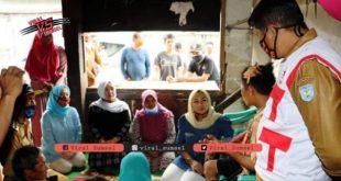 Isyana Popo Ali Ketua PMI Kabupaten OKU Selatan berbela sungkawa ke rumah duka korban tanah longsor. FOTO :VIRALSUMSEL.COM