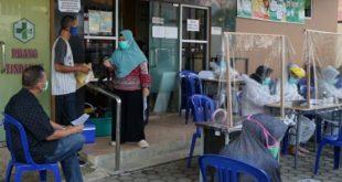 Puskemas Kenten, jalan MP Mangkunegara Palembang tetap memberikan pelayanan Prima kepada pasien pengguna Kartu Indonesia Sehat yang terus berdatangan untuk berobat saat Pemerintah Kota Palembang menerapkan PSBB setelah ditetapkan sebagai wilayah zona merah pendemi Covid 19, Jumat (22/5/2020). Fotographer : Muhammad Arrachim