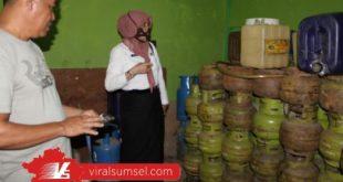 Plt Kadisdagperin Azizah SSos MT sidak sejumlah pangkalan gas di Muba. FOTO :VIRALSUMSEL.COM