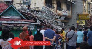 Sejumlah warga melihat atap yang terbang di Depan Sudi Mampir 18 Ilir Palembang. FOTO :M ARRACHIM /VIRALSUMSEL.COM