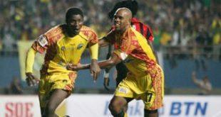 Selebrasi Keith Kayamba Gumbs dan Anoure Obiora usai raih gelar pemain terbaik Piala Indonesia. FOTO :AFP
