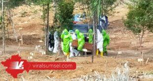 Prosesi pemakaman warga menggunakan protokol corona di TPU Gandus. FOTO : M ARRACHIM /VIRALSUMSEL.COM