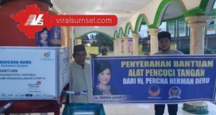 Perwakilan Hj Percha Leanpuri HD Anggota DPR RI Dapil Sumsel bagikan alat cuci tangan ke sejumlah masjid di Palembang. FOTO :VIRALSUMSEL.COM