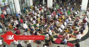 Jamaah shalat jumat di Masjid Agung Palembang tetap mematuhi protokol Covid-19. FOTO :ARRA /WWW.VIRALSUMSEL.COM