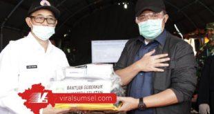 Gubernur Sumsel H Herman Deru serahkan bantuan pada Kabupaten PALI. FOTO :VIRALSUMSEL.COM