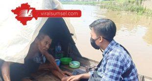 Kakek Usman manusia perahu sedang berbincang dengan wartawan www.viralsumsel.com di atas perahu miliknya. FOTO :VIRALSUMSEL.COM