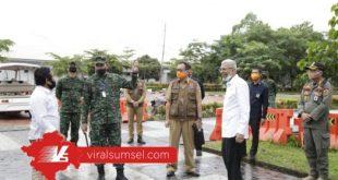 Wagub H. Mawardi Yahya bersama Pangdam II/Sriwijaya Mayjen TNI Irwan melihat dari dekat proses swab test karyawan BNI. FOTO : VIRALSUMSEL.COM
