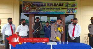 Kapolres Mura AKBP Efrannedy didamping Kasat Narkoba Iptu Khairudin saat press rilis pengedar sabu. FOTO : VIRALSUMSEL.COM