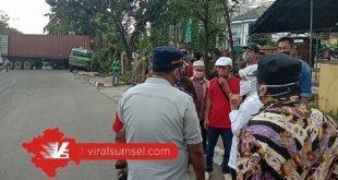 Wakil Walikota Palembang Fitrianti Agustinda cek ke lokasi truk kontainer terguling. FOTO : VIRALSUMSEL.COM
