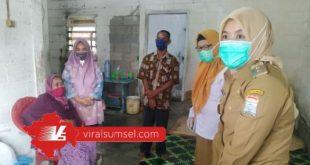 Wakil Wakikota Palembang Fitrianti Agustinda kunjungi kediaman Ibu Sumira di RT 85, Kelurahan Talang Kelapa, Kecamatan AAL. FOTO : VIRALSUMSEL.COM
