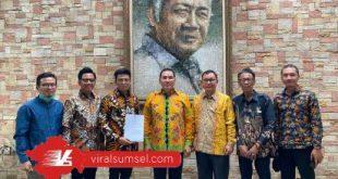 AW Noviadi terima dukungan secara resmi dari Ketua DPP Partai Berkarya Tommy Soeharto. FOTO :VIRALSUMSEL.COM
