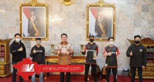 Gubernur Sumsel H Herman Deru memberikan penghargaan pada para pemenang PUBG Piala Gubenur Sumsel. FOTO :VIRALSUMSEL.COM
