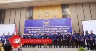 H Herman Deru Ketua DPW Partai Nasdem Sumsel berikan SK DPD Partai Nasdem se-Sumsel. FOTO :VIRALSUMSEL.COM