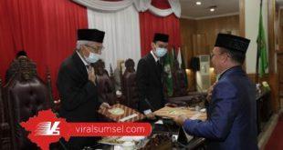 Wakil Gubernur Sumsel H Mawardi Yahya menerima pandangan Fraksi DPRD Sumsel dalam rapat Paripurna XIV DPRD Provinsi Sumsel. FOTO :VIRALSUMSEL.COM
