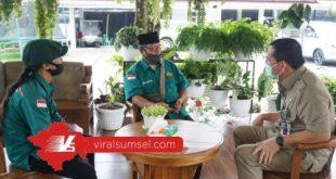 Walikota Lubuklinggau SN Prana Putra Sohe diskusi dengan utusan Forum Komunikasi Mahasiswa Lubuklinggau se-Indonesia. FOTO :VIRALSUMSEL.COM