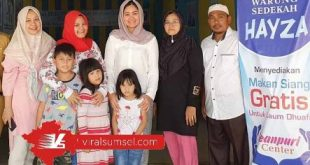 Percha Leanpuri HD Pembina Leanpuri Foundation pose didepan Warung Sedekah Hayza. FOTO : VIRALSUMSEL.COM