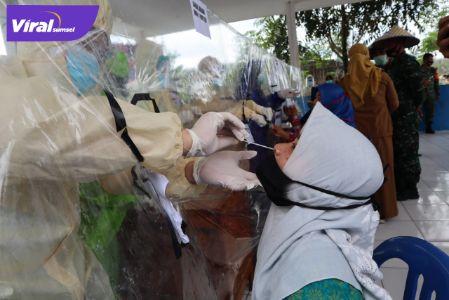 Ilustrasi salah seorang sedang menjalani tes swab COVID-19. FOTO :VIRALSUMSEL.COM