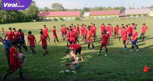 Para pemain mengikuti seleksi PS Banyuasin di Lapangan PTPN VII Musi Landas, Sabtu (25/7/2020). FOTO : VIRALSUMSEL.COM