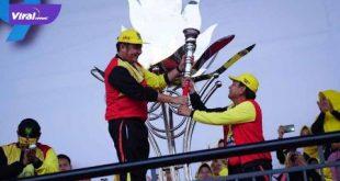 Gubernur Sumsel H Herman Deru terima obor pembukaan Porprov Sumsel 2019 dari Ketua Panitia H Dhennie Zainal. FOTO :VIRALSUMSEL.COM