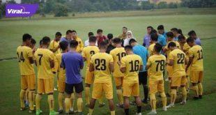 Skuat Sriwijaya FC berdoa sebelum melakukan latihan. FOTO : VIRALSUMSEL.COM
