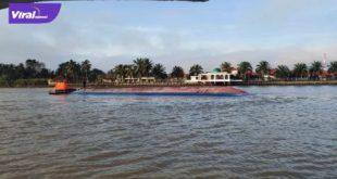 Sebuah kapal kargo muatan pupuk ratusan ton dari PT Pusri tenggelam di perairan Sungai Musi. FOTO : VIRALSUMSEL.COM