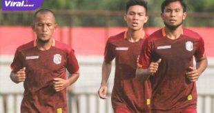 Para pemain Muba Babel United, Amirul Mukminin, Yogi Rahardian dan Ichsan Kurniawan latihan perdana di Stadion Serasan Sekate, Sekayu, (19/8/2020). FOTO : VIRALSUMSEL.COM