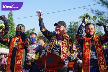 Gubernur Sumsel H Herman Deru saat The Opening Ceremony of Motor Trail Adventure Jelajah Alam Serasan Seandanan (JASS#9) di Guest House Bupati OKU Selatan, Sabtu (22/8/2020) pagi. FOTO : VIRALSUMSEL.COM