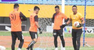 Pelatih penjaga gawang Sriwijaya FC Ferry Rotinsulu bersama para penjaga gawang Sriwijaya FC. FOTO : VIRALSUMSEL.COM