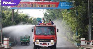 Wakil Wali Kota Lubuklinggau H Sulaiman Kohar pimpin langsung pemyemprotan disenfektan massal di Kota Lubuklinggau. FOTO :VIRALSUMSEL.COM